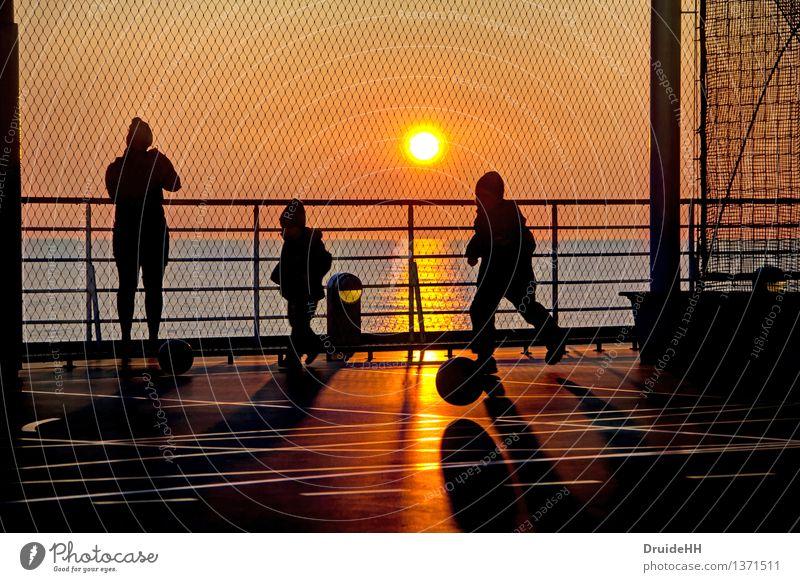 Sonnenspiele Freizeit & Hobby Spielen Meer Ballsport Fußball Fußballplatz Mensch Kind Mutter Erwachsene Familie & Verwandtschaft 3 Wasser Sonnenlicht Frühling