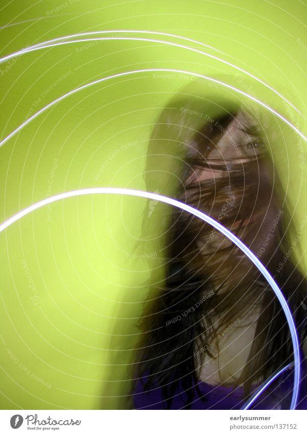 Rausch Frau Jugendliche schön grün Freude dunkel Bewegung Freiheit Stil Feste & Feiern gehen Party Musik Arme Wildtier Tanzen