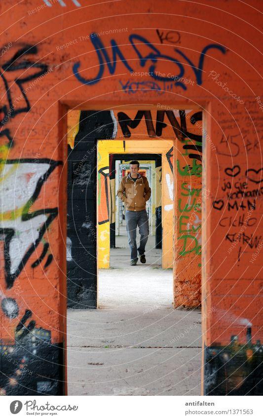 Durchgang Mensch Mann Erwachsene Wand Leben Graffiti Mauer Kunst Lifestyle gehen orange Design maskulin Raum Freizeit & Hobby Tür