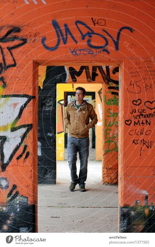 Läuft nicht richtig rund Mensch Mann Erwachsene Wand Leben Graffiti Mauer Beine Fuß gehen orange Design maskulin Tür Körper Schriftzeichen
