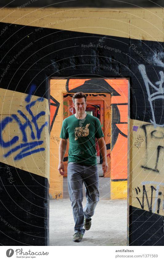 Übergang Mensch Mann Erwachsene Wand Leben Graffiti Mauer Beine Kunst gehen Design maskulin Freizeit & Hobby Tür Kraft Körper