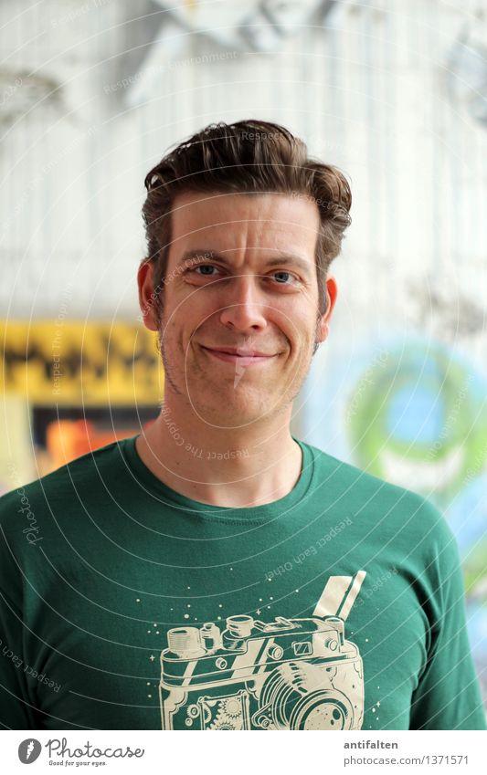 Geburtstagskind maskulin Gesicht 1 Mensch 30-45 Jahre Erwachsene T-Shirt Freude Glück Fröhlichkeit Zufriedenheit Lebensfreude Jubiläum Farbfoto Tag Blick