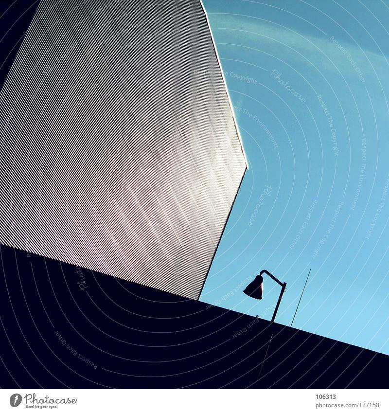 BACK TO ARCHITECTURE Haus Gebäude Lampe Laterne Geometrie Bauwerk Block Klotz Industriefotografie graphisch Außenaufnahme Licht strahlend kalt Gefühle violett