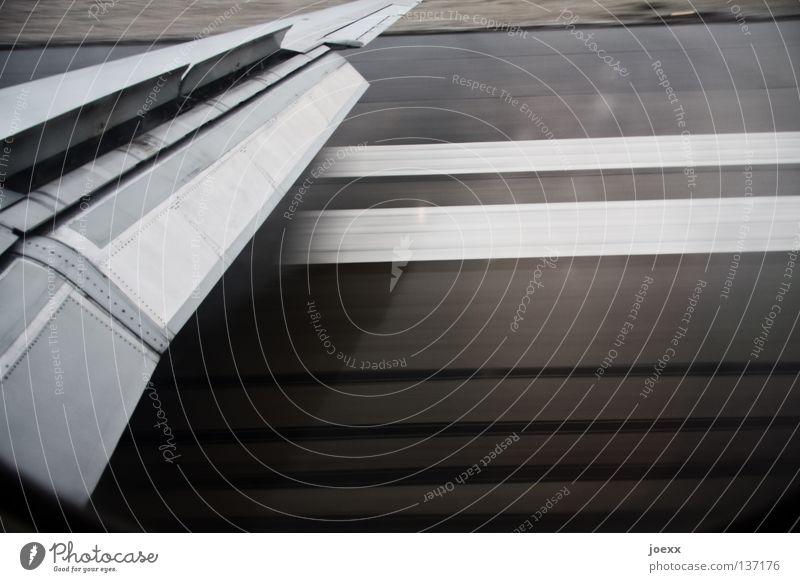 Aufgesetzt Ferien & Urlaub & Reisen grau Angst Flughafen Flugzeug gehen Schilder & Markierungen Beginn Geschwindigkeit Luftverkehr Ende Streifen Tragfläche