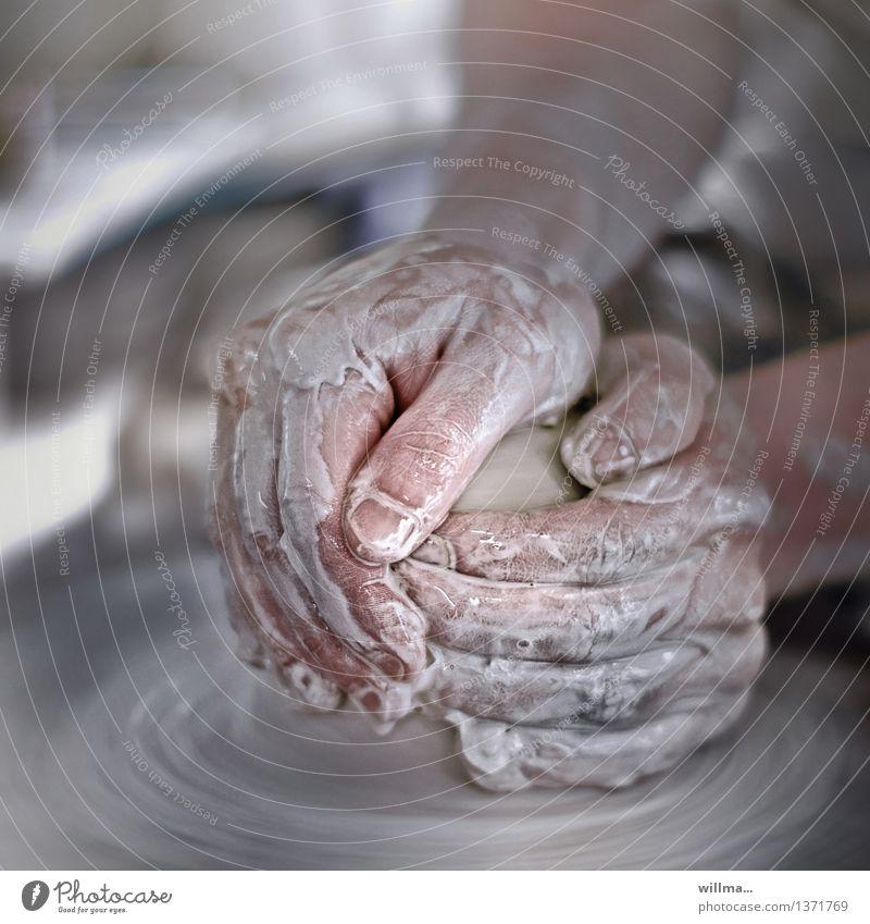 hände arbeiten an einer  töpferscheibe mit ton | der form halber Töpfer Kunsthandwerker Töpferei Handwerk Finger Töpferscheibe Ton Arbeit & Erwerbstätigkeit