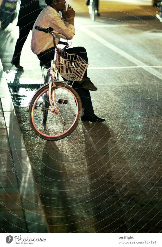 fahrradkorb Fahrrad stehen lässig bequem unbequem Licht Gegenlicht gefährlich Unbekümmertheit Verkehr dunkel Nacht Verkehrswege bicycle sitzen Rauchen Telefon