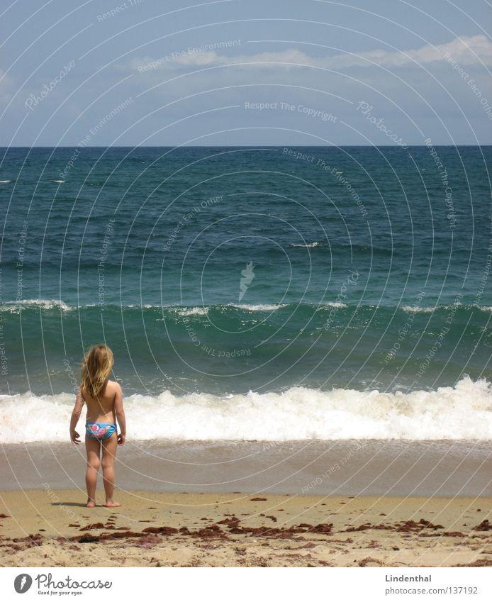 Fantastic Sea VI Kind Mädchen Meer Strand Küste Perspektive Schaum Begeisterung Klippe staunen hocken