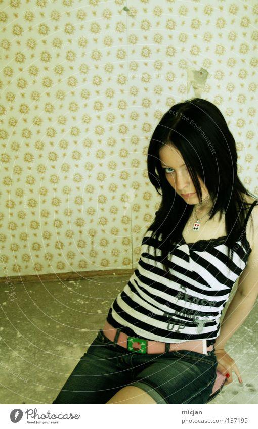 Du bist wie Du bist Rockabilly Frau feminin Körperhaltung süß schön Versuch verführerisch schwarz Tapete Hocker Streifen gestreift Zebra Model Photo-Shooting