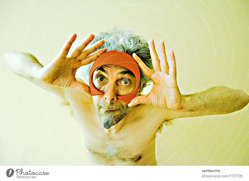 Unklare Lage Mann Bart tauchen Taucherbrille Hand Blick Buchstaben Typographie Vitamin Schriftzeichen obskur Mensch Gesicht Auge Nase Mund Stoppel Bartstoppel