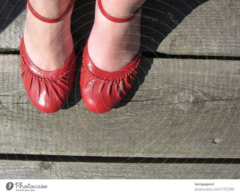...ain't for walking Schuhe rot Holz Steg Physik Sommer Sandale schick dreckig Frau nebeneinander Leder Schuhsohle gehen stehen Pause schwer heiß typisch