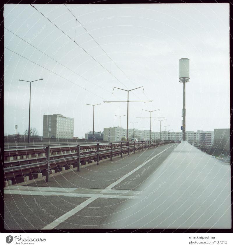 DD Kabel Filmindustrie Video Brücke Straße Straßenbahn retro Dresden Sachsen Laterne Plattenbau Osten Mittelformat Rollfilm analog Quadrat Saxony DDR Elbe