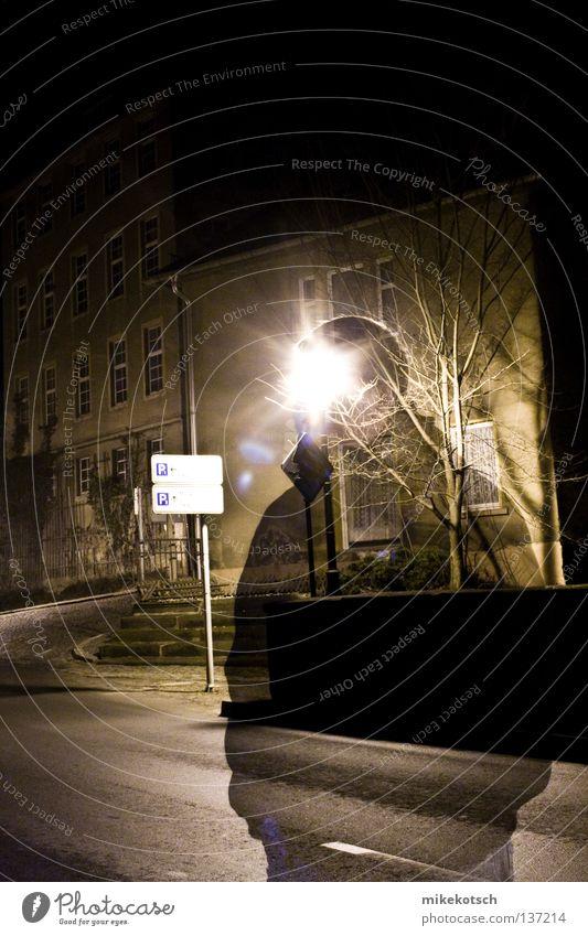 fade.away Langzeitbelichtung Nacht Laterne Lampe kalt Monochrom gelb Ocker schwarz Haus Fabrik Baum patrick Schilder & Markierungen Straße Industriefotografie
