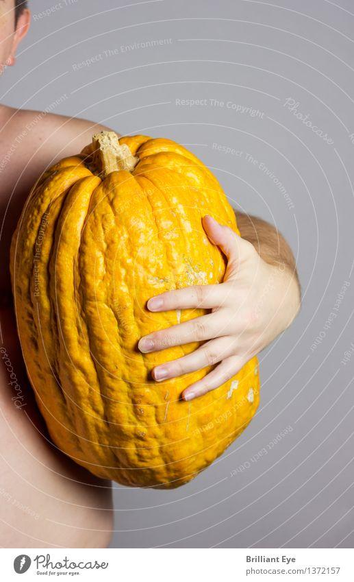 Ernten was man sät Lebensmittel Kürbis Ernährung Lifestyle Erntedankfest Halloween Mensch maskulin Mann Erwachsene Körper Hand 1 18-30 Jahre Jugendliche groß