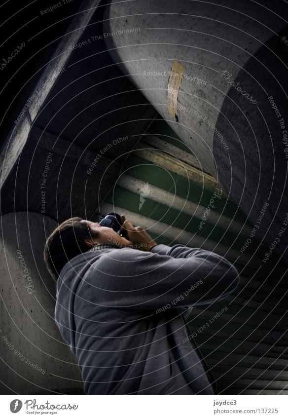 mike in action grau Säule Fotograf Fotografieren dunkel Schatten diagonal Jugendliche Brücke Mensch verrückt
