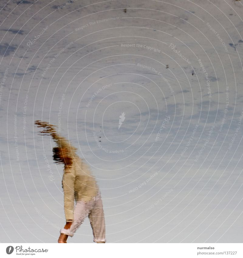 Scheinbare Ruhe Frau Mensch Himmel Mann Wasser schön Wolken ruhig Erholung Sport Spielen Gefühle See Wellen Körper Arme