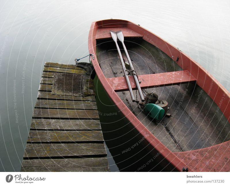 den Tag ausklingen lassen Wasser alt blau rot ruhig Holz grau Küste Wasserfahrzeug See liegen Frieden Steg Angeln Ruderboot friedlich