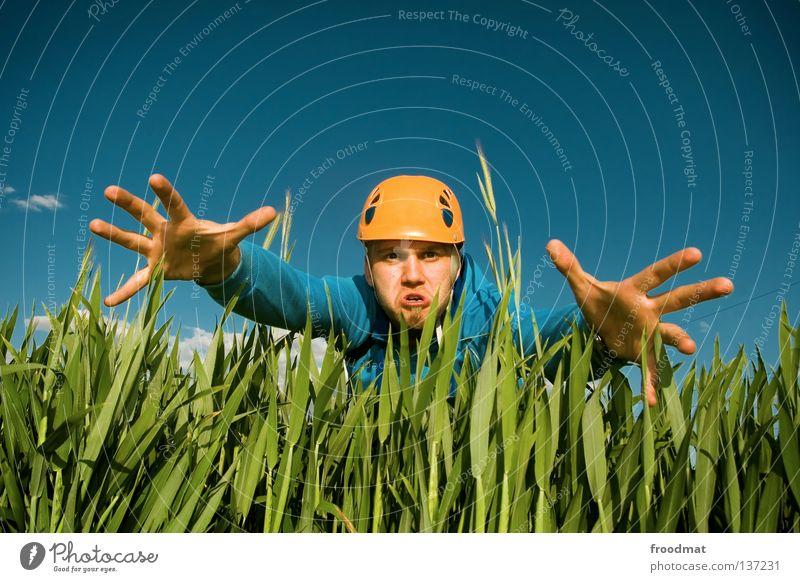 klammeraffe Himmel Natur Mann blau Hand Freude Wolken Wärme Wiese Gras lustig Spielen lachen Kopf Luft orange