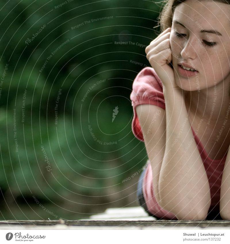de la soul Frau Jugendliche grün schön Freude Gesicht Frühling feminin lachen Lifestyle Haare & Frisuren Kopf See träumen Zufriedenheit blond