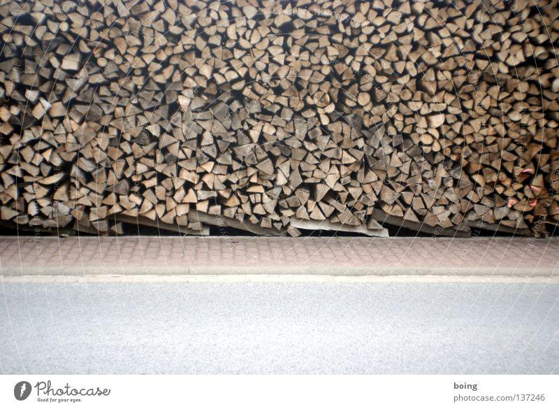 Holzzaun Brennholz Holzstapel nachwachsender Rohstoff Winter heizen Holzwirtschaft Bürgersteig Grenzbefestigung Köhler Ofenholz Feuerstelle Grundstückspanzerung