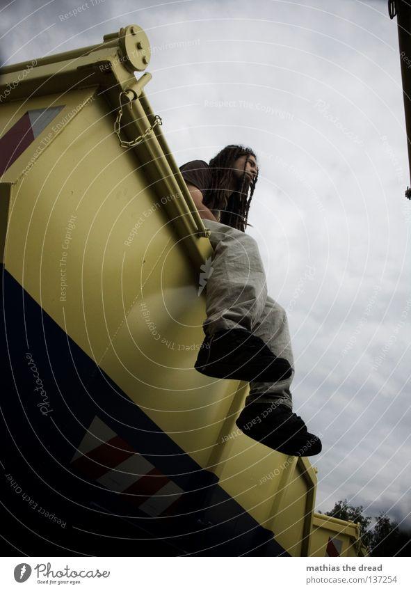 CONTAINERWARE II Himmel Mann Jugendliche blau Wolken gelb Erholung dunkel grau Haare & Frisuren Beine Linie Arme sitzen geschlossen Platz