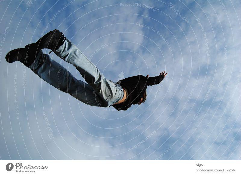Flieeegen springen hüpfen Schwerelosigkeit Freude fliegen fallen freier fall Himmel