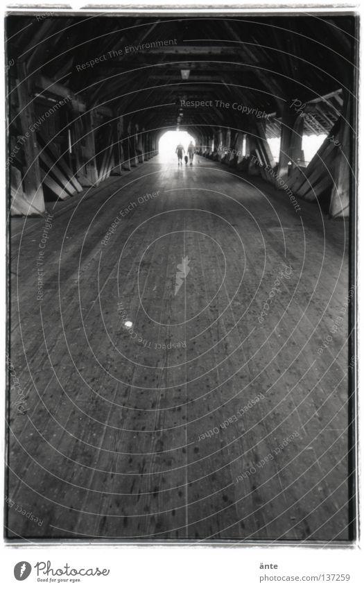 das Licht am Ende des Tunnels Holzbrücke historisch Denkmalschutz Nostalgie zielstrebig Hoffnung Brücke Straße Wege & Pfade Ziel Tod Nahtoderlebnis Olten