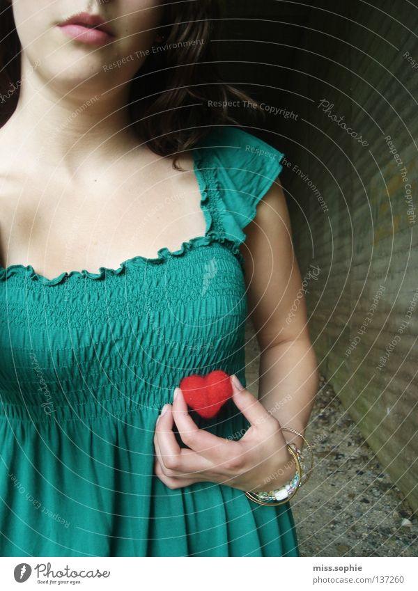 ich trag mein herz in der hand Oberkörper Haare & Frisuren Jugendliche Lippen Brücke Locken Herz Liebe grün rot Gefühle Liebeskummer Verzweiflung Top türkis