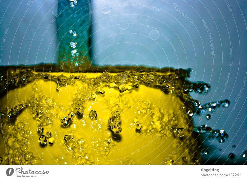 wasserspiele Wasser blau gelb Bewegung Wassertropfen nass frisch feucht Schifffahrt spritzen fließen Zitrone Kollision