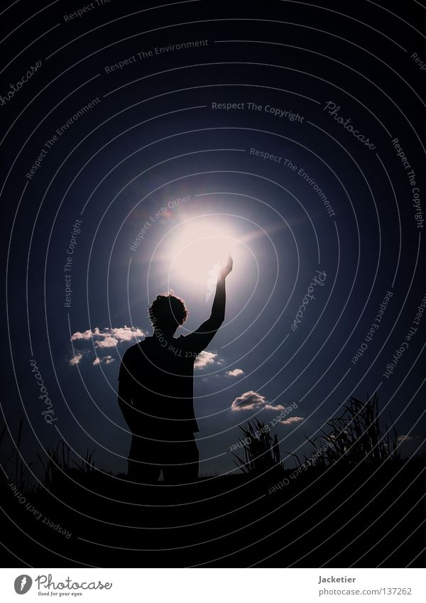 Der Mann der mit der Sonne tanzt! Himmel Jugendliche blau Sommer Wolken Kommunizieren Locken Korn himmelblau
