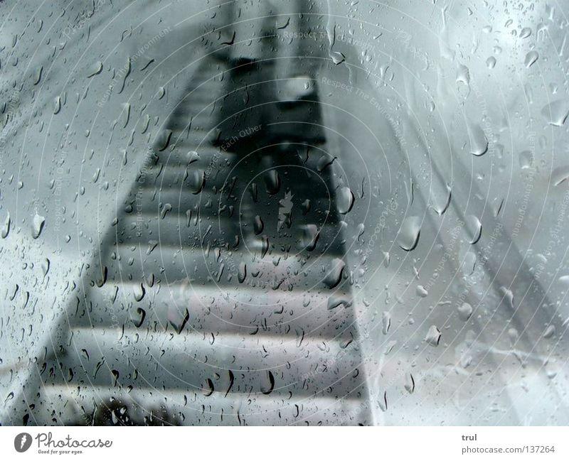 rainy days Regen warten Wassertropfen Treppe U-Bahn Mantel Fensterscheibe Schal Collage Schwarzweißfoto