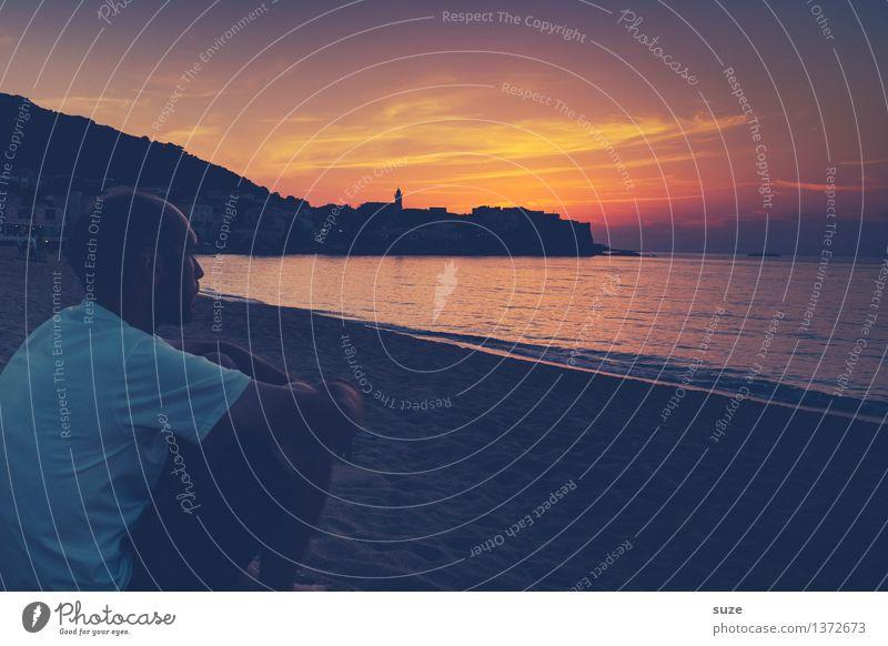 Sitzenbleiber harmonisch Wohlgefühl Zufriedenheit Strand Meer Mensch Junger Mann Jugendliche Erwachsene Sand Wasser Himmel Sonne Küste dunkel Gefühle Stimmung