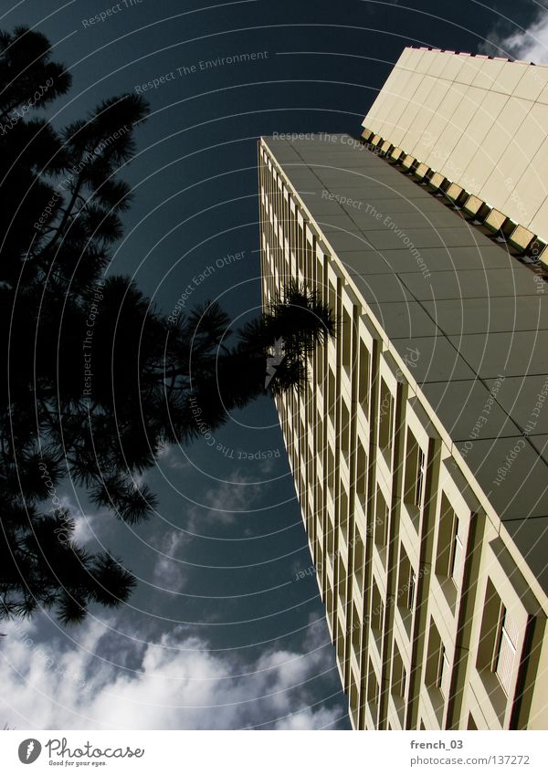 my home is my castle IV Hochhaus Haus Block Beton Mauer Wand grau Zement Fenster Gitter gelb Wolken unten steil oben Symmetrie Studentenwohnheim Augsburg Ecke