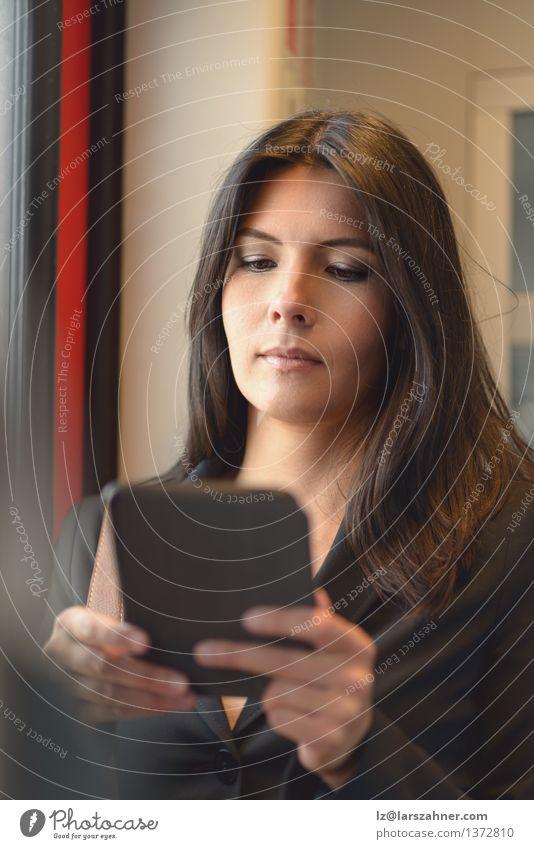 Frau Erwachsene Business Verkehr Technik & Technologie Eisenbahn lesen Internet brünett Anzug Mobilität Verbundenheit Mitteilung umweltfreundlich
