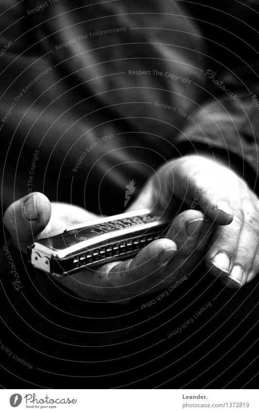 Mundharmonika in der Hand II Musik festhalten Musik hören Stimmung Vorsicht Interesse Liebeskummer Erfolg Idee Identität einzigartig innovativ Inspiration Scham