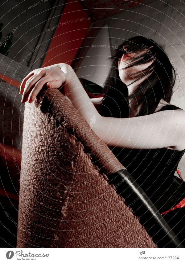 Schneewittchen Frau Stil Lifestyle 18-30 Jahre Coolness Junge Frau Beautyfotografie Model Friseur trendy langhaarig lässig selbstbewußt Sessel schwarzhaarig attraktiv