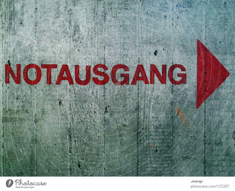 NOTAUSGANG rot Wand grau Schilder & Markierungen Sicherheit Schriftzeichen Buchstaben Wunsch Pfeil Hinweisschild Flucht Wort Ausgang notleidend Notfall flüchten