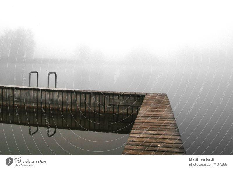 Kalte Badi geheimnisvoll Schwimmbad See ruhig schön Herbst mystisch dunkel Trauer Verzweiflung Wasser Gerzensee Einsamkeit