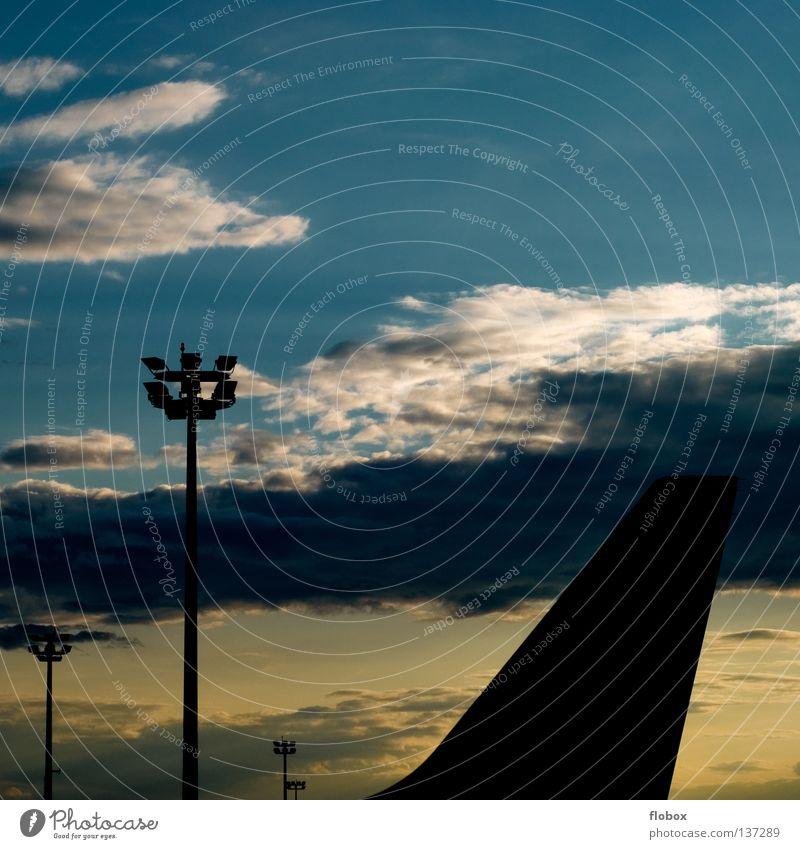 Zweifarbig Himmel blau Ferien & Urlaub & Reisen schwarz Wolken gelb Farbe Lampe Fenster Luft Flugzeug fliegen Horizont Verkehr Luftverkehr Güterverkehr & Logistik