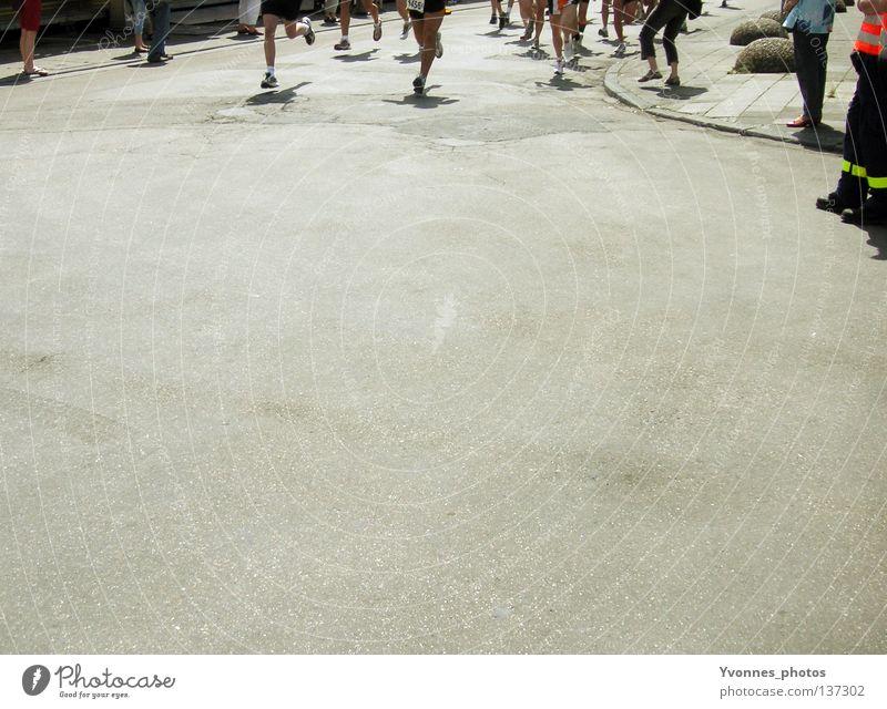 Los gehts! Ferne Straße Sport Bewegung Schuhe Beine Gesundheit laufen Erfolg Beginn rennen Geschwindigkeit Perspektive Sicherheit Aktion
