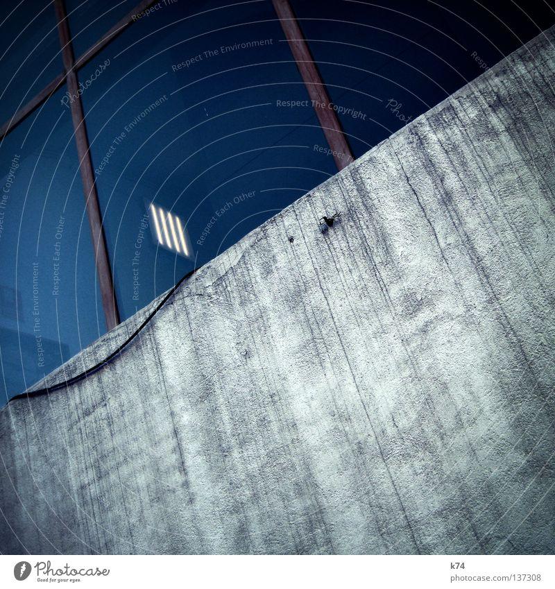 Loft blau rot Fenster grau Mauer Gebäude Lampe Raum Fassade hoch verrückt Elektrizität Kabel Häusliches Leben Industriefotografie