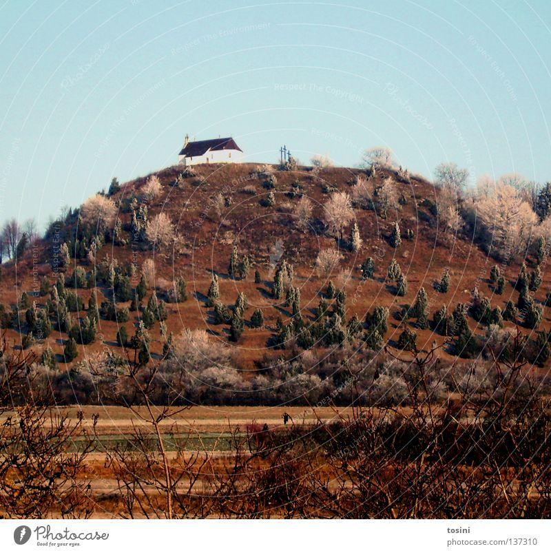 Kapelle Himmel Baum Berge u. Gebirge Landschaft Religion & Glaube Feld Kirche Sträucher Hügel Christliches Kreuz