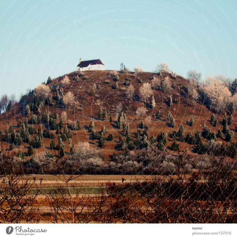 Kapelle Himmel Baum Berge u. Gebirge Landschaft Religion & Glaube Feld Kirche Sträucher Hügel Christliches Kreuz Kreuz Kapelle