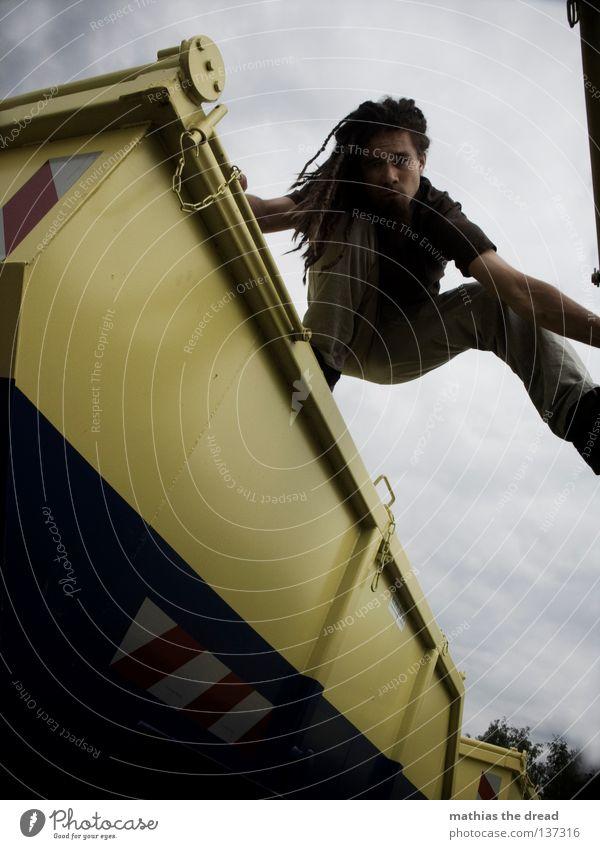 CONTAINERWARE IV Himmel Mann Jugendliche blau Wolken gelb Erholung dunkel grau Haare & Frisuren Beine Linie Arme geschlossen Platz groß
