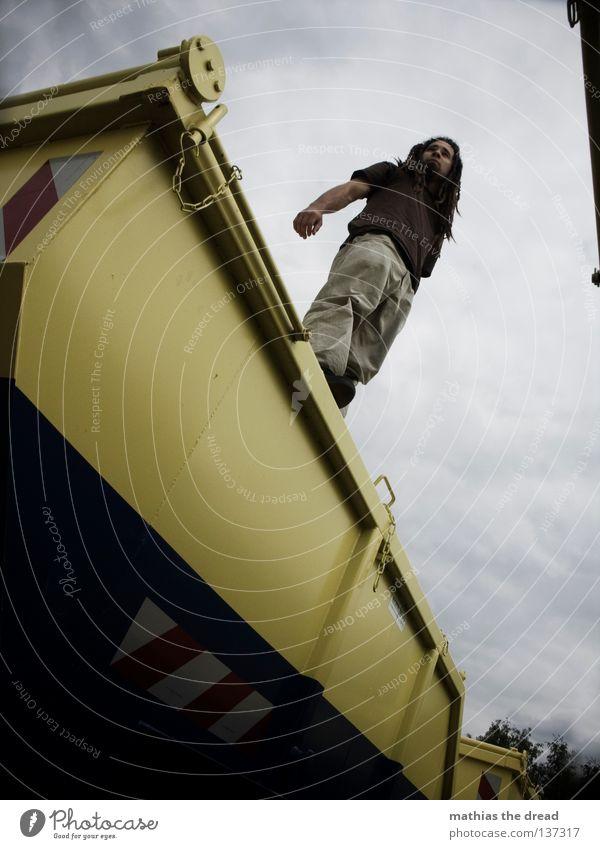 CONTAINERWARE III Himmel Mann Jugendliche blau Wolken gelb Erholung dunkel grau Haare & Frisuren Beine Linie Arme sitzen geschlossen Platz