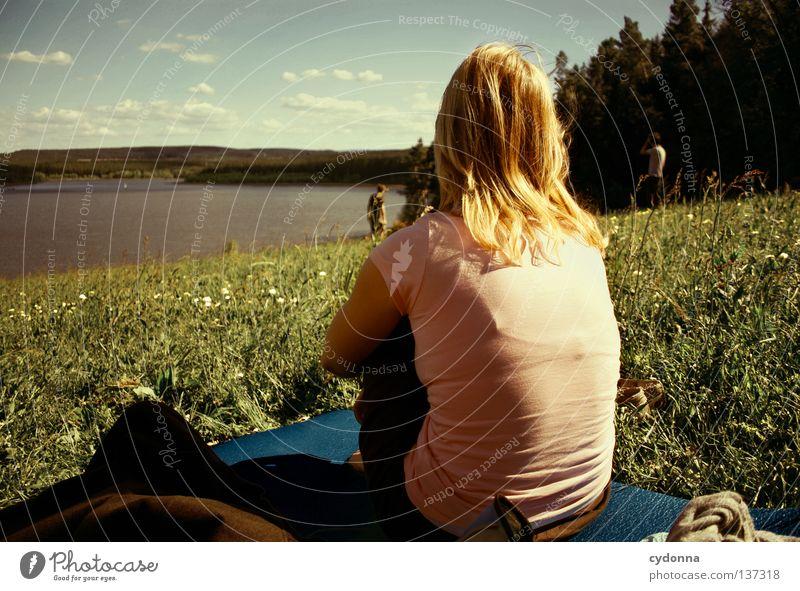 Zuschauer Frau Mensch Himmel Natur Jugendliche Sommer Freude Wolken ruhig Ferne Erholung Wiese Leben Spielen Landschaft Freiheit
