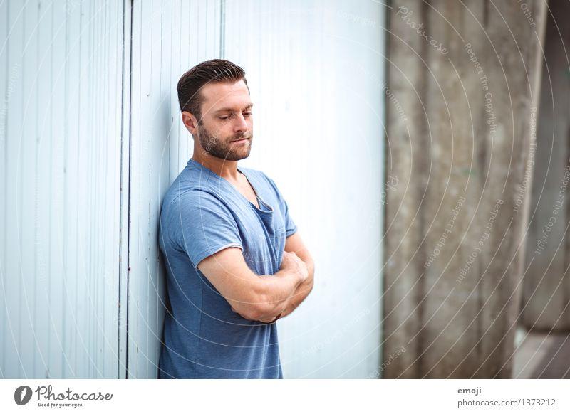 <3 maskulin Junger Mann Jugendliche Erwachsene 1 Mensch 18-30 Jahre T-Shirt Coolness schön blau Farbfoto Außenaufnahme Tag Schwache Tiefenschärfe Oberkörper