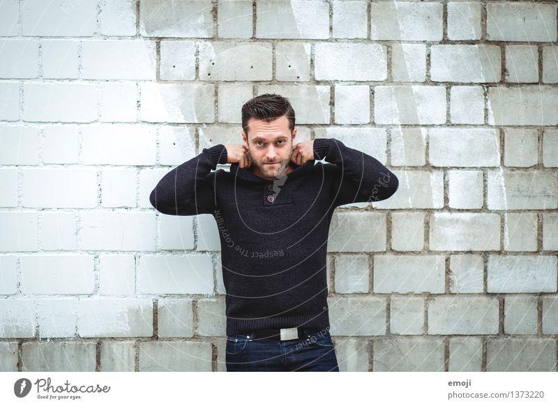 grau maskulin Junger Mann Jugendliche 1 Mensch 18-30 Jahre Erwachsene Mauer Wand Coolness trendy schön Farbfoto Gedeckte Farben Außenaufnahme Tag Oberkörper