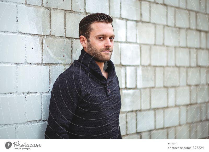 serious maskulin Junger Mann Jugendliche Erwachsene 1 Mensch 18-30 Jahre brünett kurzhaarig Bart Dreitagebart Coolness Farbfoto Außenaufnahme Tag