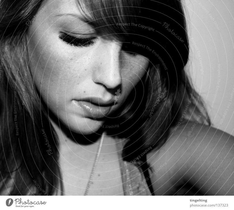 true, true, true feminin Frau Porträt nah Wimpern Schulter schwarz weiß Gesicht Auge Nase Mund Arme Kette Pony Haare & Frisuren Schwarzweißfoto