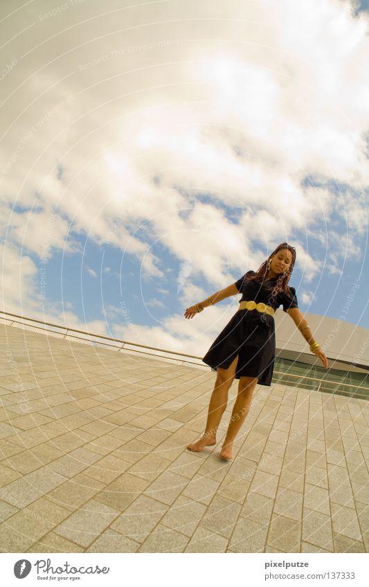 dreamtheater Frau Himmel Wolken Freiheit Zufriedenheit Tanzen elegant frei ästhetisch Kleid Dame Gewitter leicht Schweben Leichtigkeit Tänzer